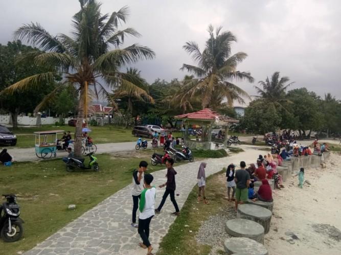 Hari Libur, Pantai Labuhan Jukung Ramai Warga Berekreasi