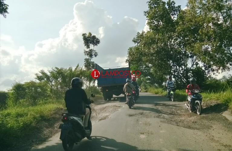 Jalan Metro-Bandar Lampung Rusak di Metrokibang