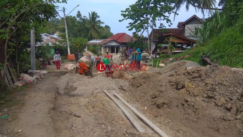 Jalan Penghubung Pekon Rawas – Terminal Way Batu Mulai Diperbaiki