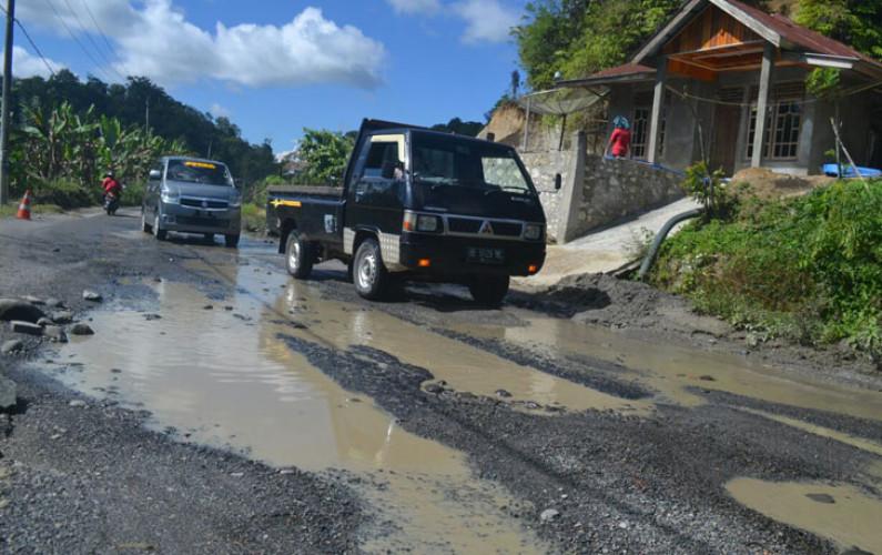 Jelang Arus Mudik, Ruas Jalan Liwa-Sumberjaya Rusak Parah