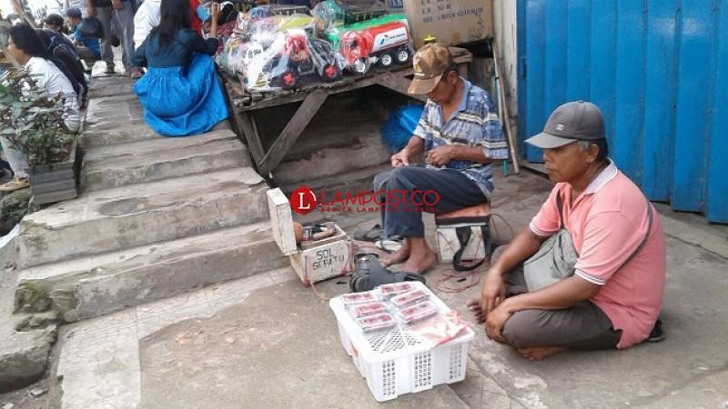 Jelang Lebaran, Omzet Pedagang Stroberi Anjlok