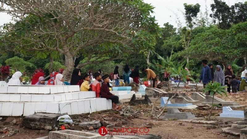 Jelang Ramadan, Warga Lamsel Padati Makam untuk Ziarah Kubur