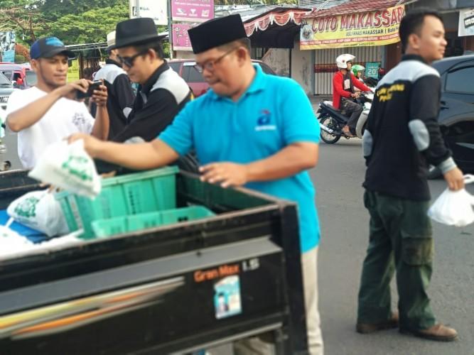 KADIN Lampung Bagi-bagi Paket Takjil kepada Pengendara