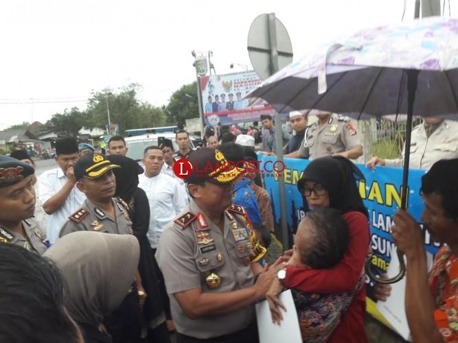Kapolda Lampung Berbagi Takjil di Menggala