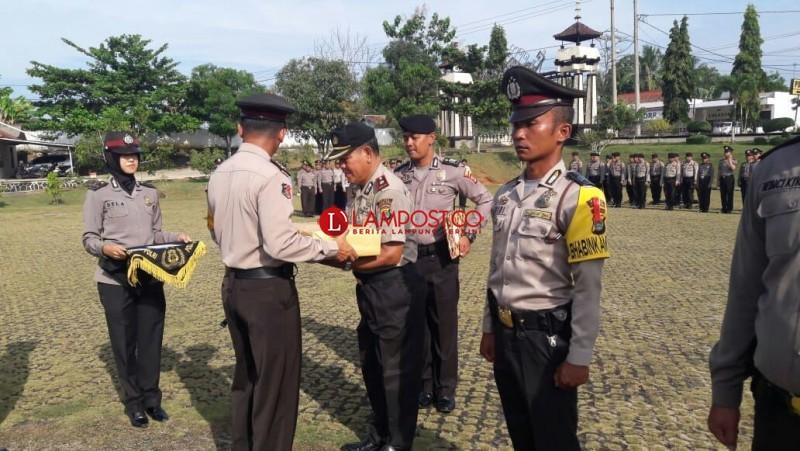 Kapolres Lampura Beri Penghargaan Kepada Tiga Anggotanya