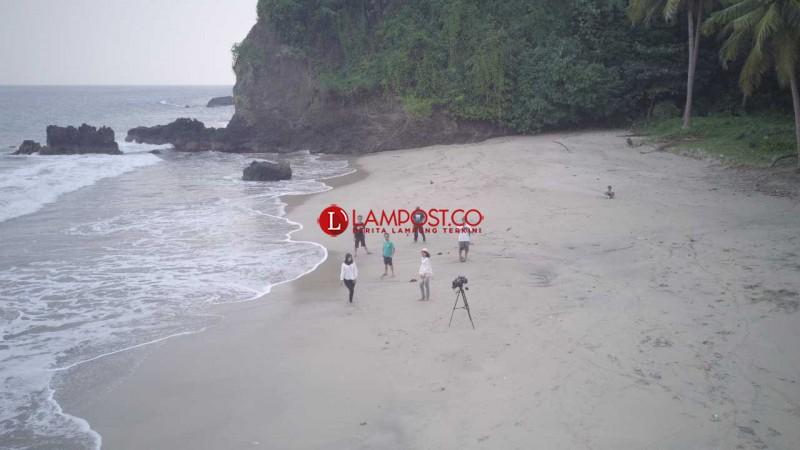 Keelokan Pantai Karang Bolong di Limau