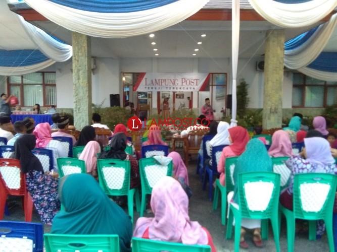 Keluarga Besar Lampung Post Gelar Buka Puasa Bersama Anak Yatim dan Duafa