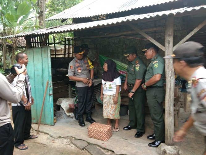 Kodim 0429-Polres Lampung Timur Berikan Bantuan pada Warga Miskin di Lamtim