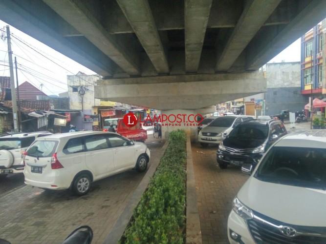 Kolong Jembatan Layang Jadi Lahan Parkir