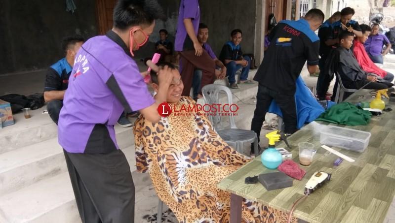 Kopra Palas-Sragi Gelar Pangkas Rambut Amal Gempa Lombok