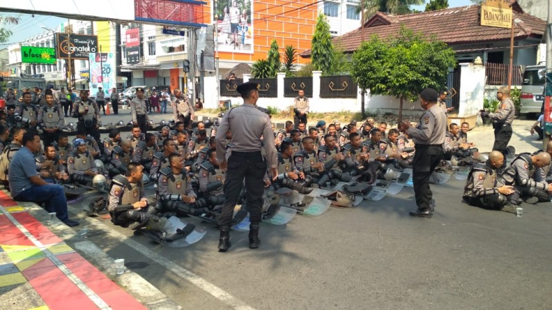 Lagu Via Valen Hibur Pengawalan Kepolisian di Kantor Sentra Gakkumdu