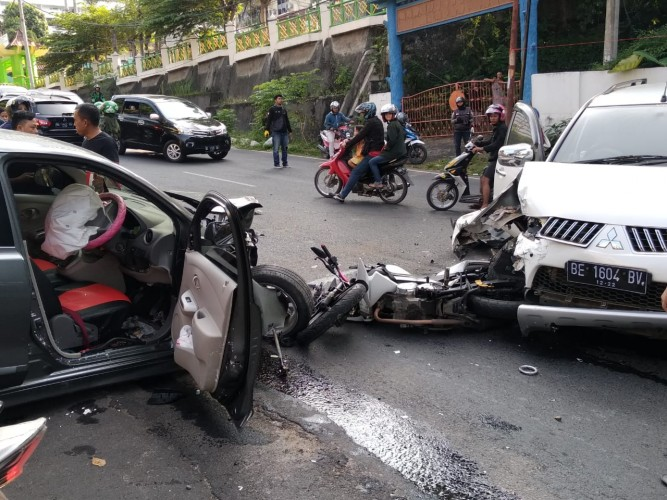 Lakalantas di Depan DPRD Kota, 2 Mobil dan 1 Motor Rusak Berat