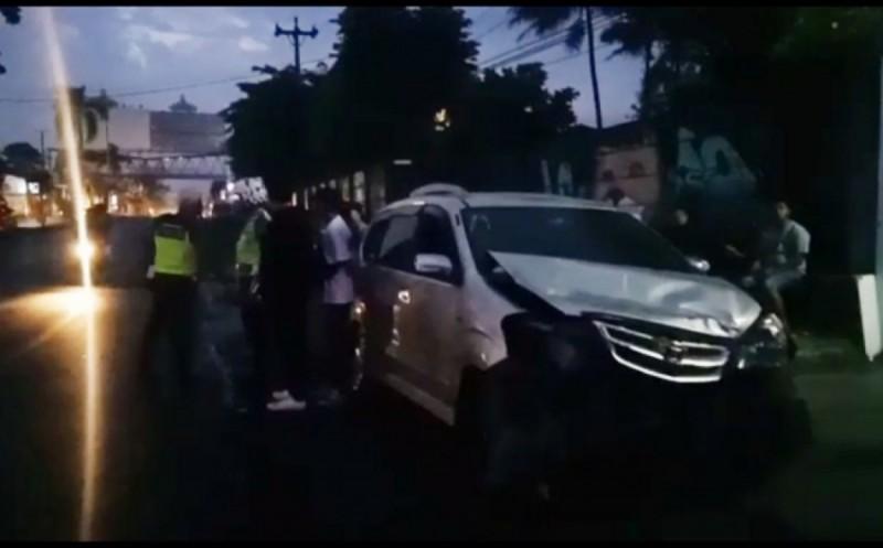 Lawan Arah, Kawasaki Ninja Beradu dengan Toyota Avanza