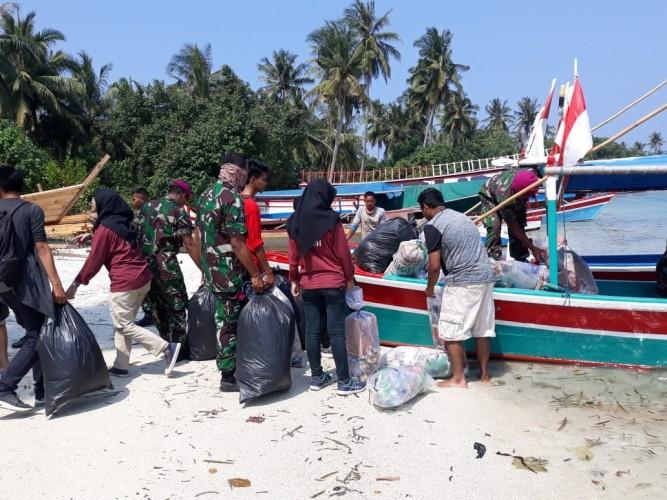 Mahasiswa dan Marinir Bersihkan Sampah Pulau Tegal