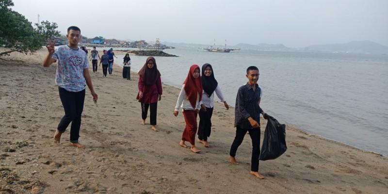 Mahasiswa Poltekes Bersih-bersih Sampah di Pantai