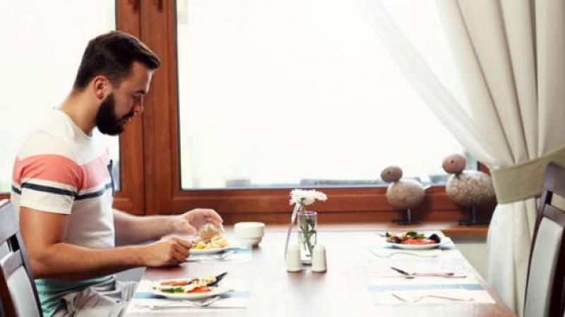 Makan Sendirian Tidak Bahagia