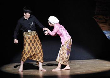 standing applaus dari penonton mewarnai pergelaran drama cerita rakyat