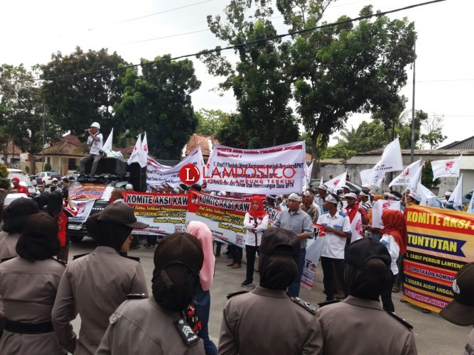 Kantor Bupati Lampung Tengah Diserbu Massa