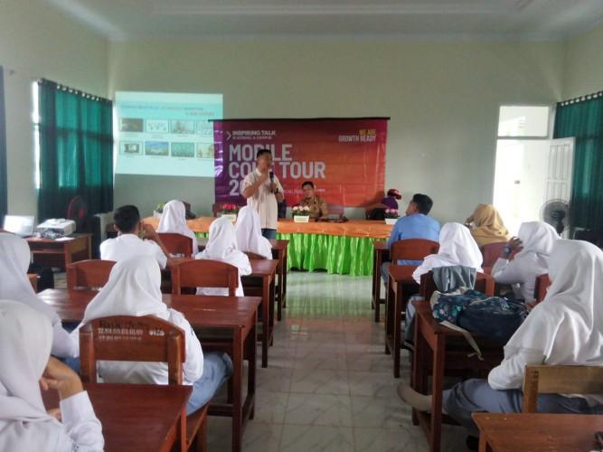 Mobile Coke Tour Kupas Tantangan Industri 4.0 di SMKN 8 Bandar Lampung