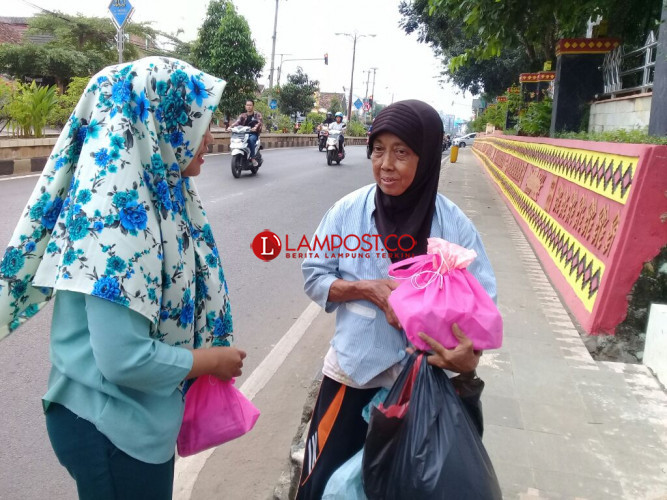 Muda-Mudi Abdi Isi Ramadan Berbagi Sesama