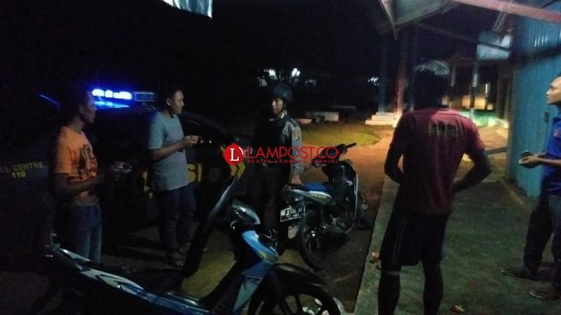 Patroli Mobil Polsek Tumijajar Bubarkan Pemuda Nongkrong