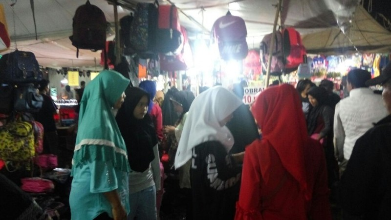 Pedagang Tas dan Manik-manik di Lamsel Fair Diserbu Pengunjung