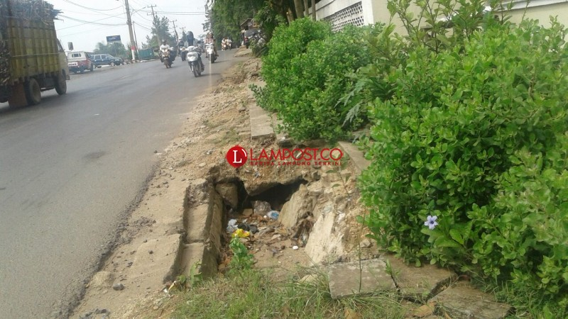 Pejalan Kaki Keluhkan Rusaknya Trotoar di Jalan Alamsyah RPN Kotabumi