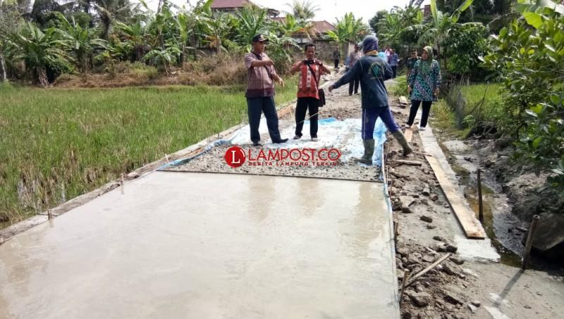 Pembangunan Jalan Rabat Beton Desa Rejomulyo Diprotes