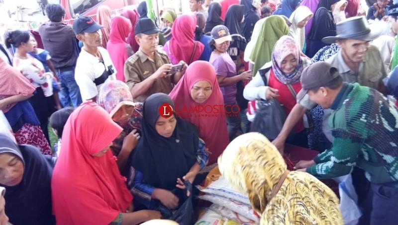 Pemkab Lamsel Gelar Pasar Murah di Sragi dan Palas