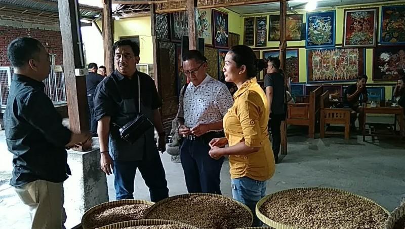 Pemkab Pringsewu Tinjau Sentra Industri Kopi Luwak Khas Mataram