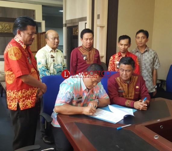 Pemprov Lampung Serah Terimakan Aplikasi SIPPKD ke Pemkab Tanggamus