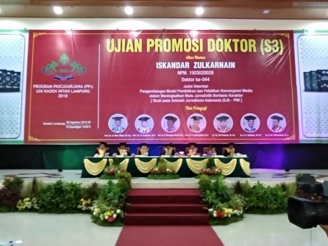 Pemred Lampung Post Ujian Promosi Doktor