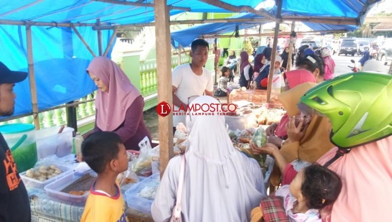 Penjual Takjil Meraup Berkah Selama Ramadan