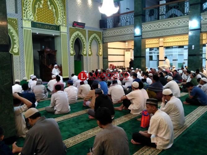 Perjuangan Ratusan Muslim Pencari Lailatul Qadar