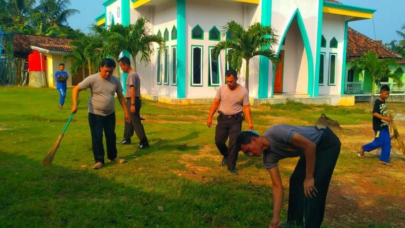 Polisi Gotong Royong Bersihkan Tempat Ibadah