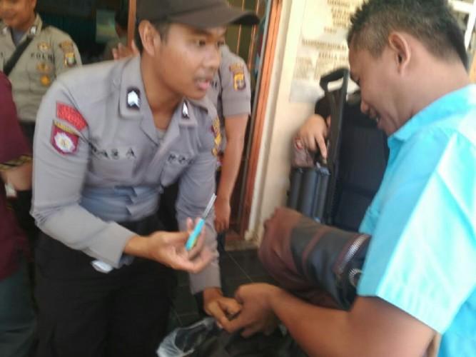 Polisi Sita Gunting dari Tamu UndanganRapat Pleno KPU Pesawaran