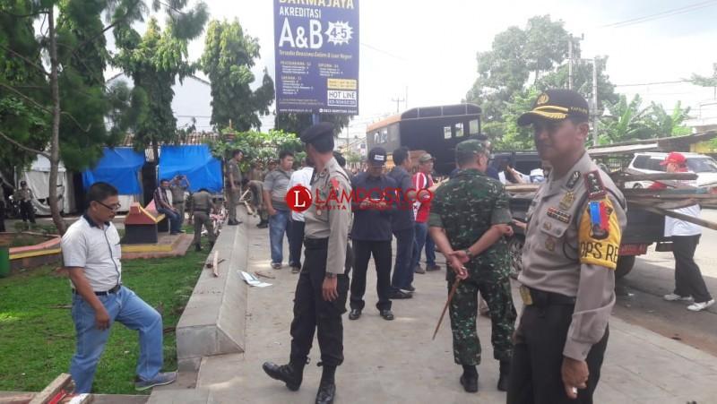 Polres Lampura-Kodim 0412 Bantu Panwaslu Tertibkan Alat Peraga Kampanye