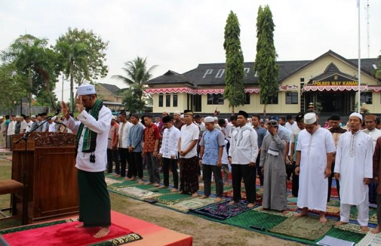 Polres Way Kanan Gelar Salat Idul Adha dan Potong Hewan Kurban