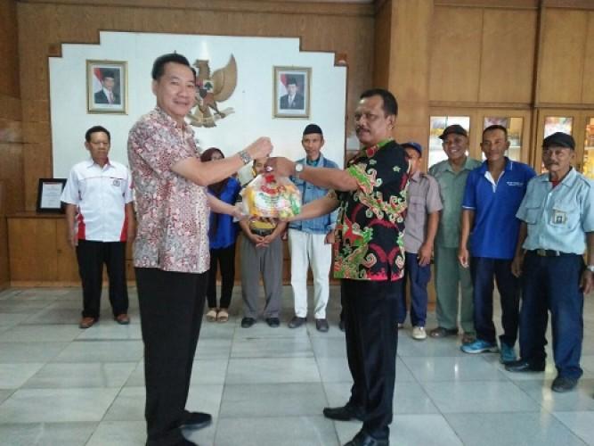 PT Tunas Baru Lampung Serahkan 1.049 Paket Lebaran