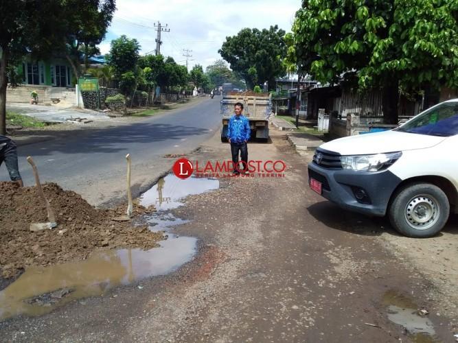 PU Lampura Perbaiki Jalan Rusak dengan Batu Krokos