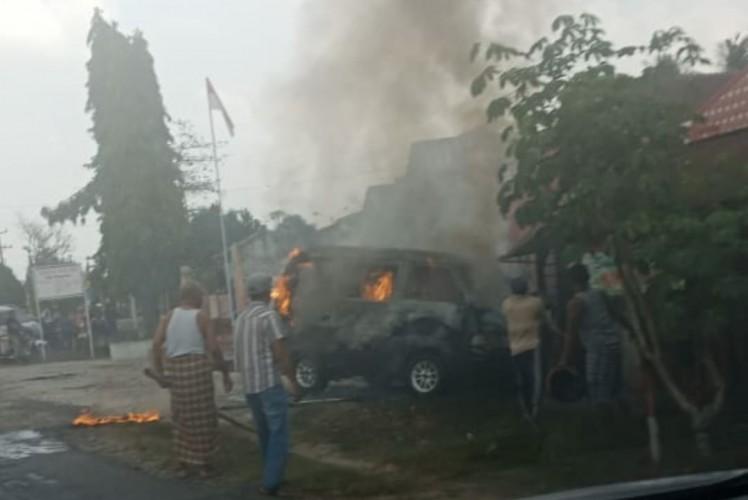 Radiator Kering, Mobil Terbakar Saat Melaju di Jalan Lintas Candramukti