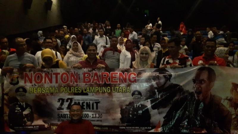 Ratusan Anggota Polres Lampura Nonton Bareng Film 22 Menit