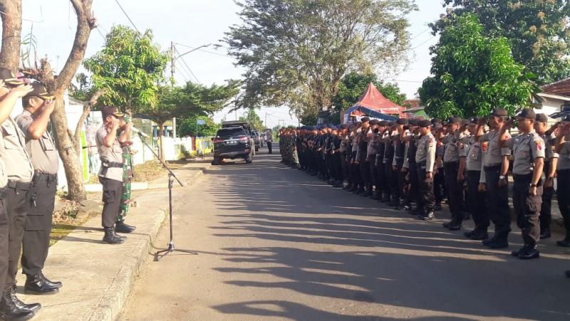 Ratusan Aparat Kepolisian dan TNI Perketat Penjagaan di Kantor KPU Lampura