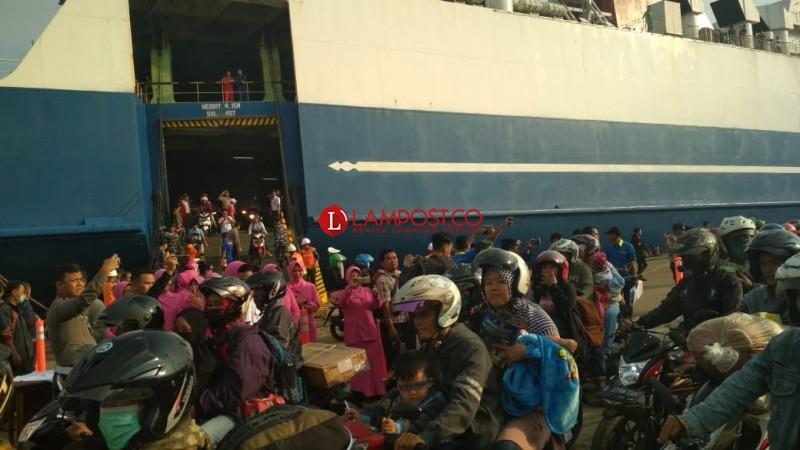 Ratusan Pemudik Tiba di Pelabuhan Panjang