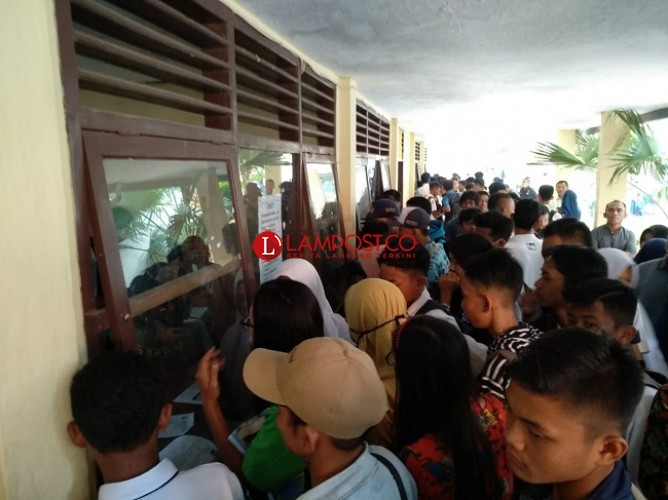 Ratusan Peserta PPDB SMKN 2 Bandar Lampung Ambil SKHU