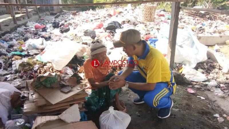 Renta, Mbah Tasmini Semangat Mengais Sampah