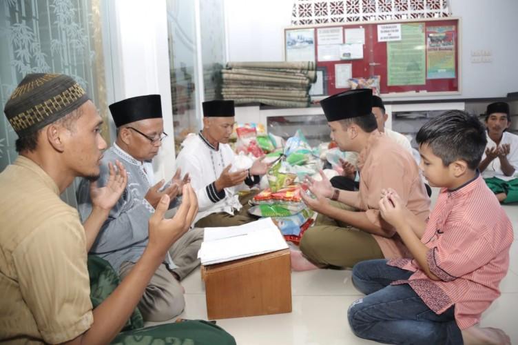 Ridho Bayar Zakat Fitrah di Masjid Nur Sa'id
