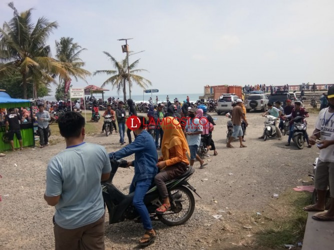 Ribuan Warga Serbu Sejumlah Lokasi Wisata Sepanjang Pantai Krui