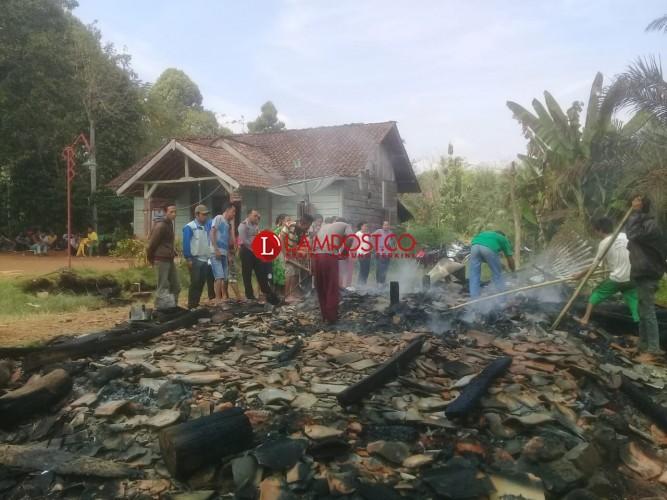 Rumah Semi Permanen Ludes Terbakar di Way Kanan Lampung