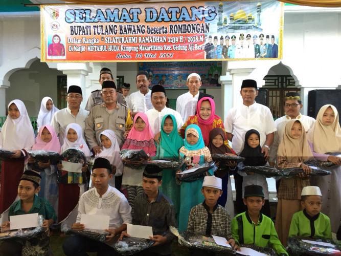 Safari Ramadan, Winarti Bagikan Peralatan Sekolah